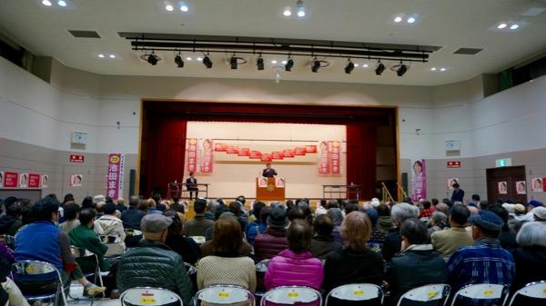 池田候補が入れない立会演説会場で応援演説を行う横路孝弘衆議院議員