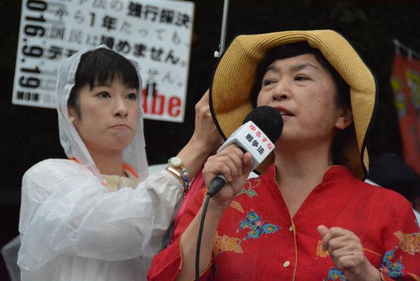 福島みずほ議員は沖縄・高江から、集会のため急きょ帰京した。現地の状況を「緊急事態条項を先取りしている」と説いた。左は菱山南帆子さん。=19日、国会正門前 撮影:筆者=