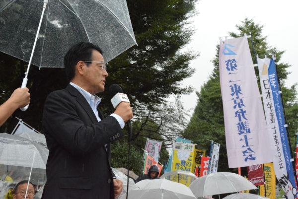 ヤジを浴びせられた岡田克也・前代表。本人のせいではないのだが・・・=19日、国会正門前 撮影:筆者=