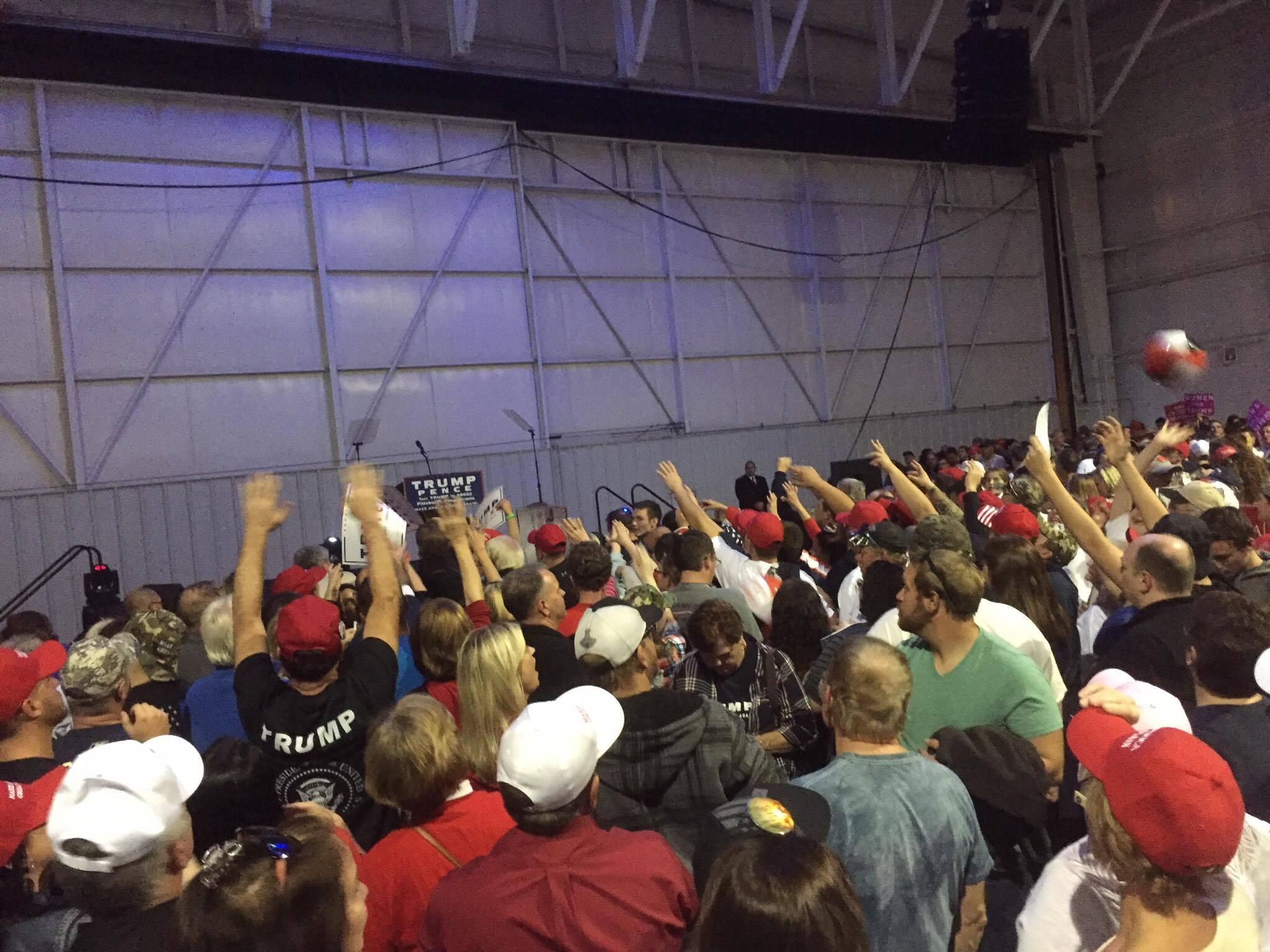 トランプ氏の集会の様子。赤い帽子をかぶっている人が多いことが分かります