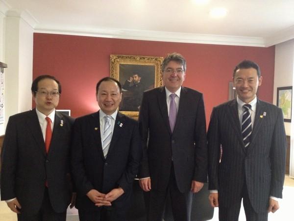 (平成25(2013)年4月、コロンビアのカルデナス財務大臣(右から2人目)と)