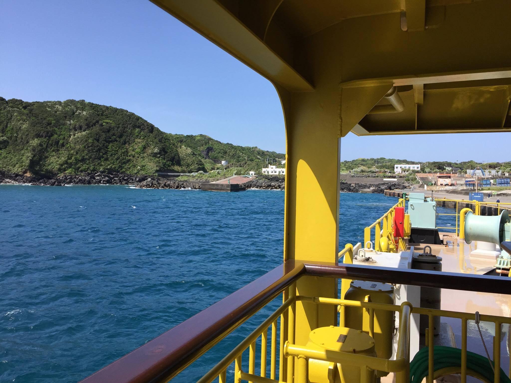 大型客船橘丸から望む八丈島 青ヶ島にアクセスするにはこの船で品川から10時間以上かけて八丈島到着したのち、船を乗り換えてさらに約3時間かかる